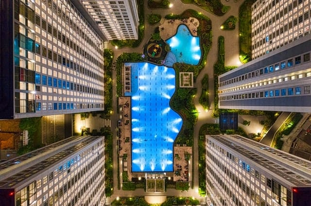 Birdís-eye view of hotel and pool